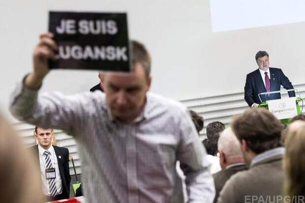 """Порошенко освистали в Швейцарии: """"Не хотим слушать человека, который убивает детей"""""""