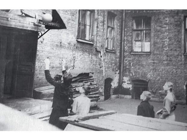 Басков переулок. Дом №12. Подъезд, где жила семья Путиных. 60-е годы.