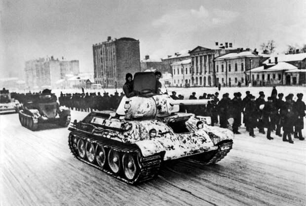 ID: 10625011 Описание: Советский Союз. Москва. Танки и колонны морской пехоты, направляющиеся на фронт, проходят по Садовому кольцу, 1941 год. Фотохроника ТАСС