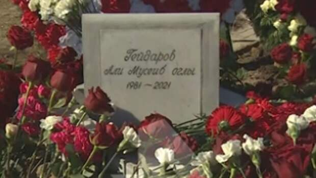 Соратники криминалитета Али Гейдарова возложили венки на его могилу