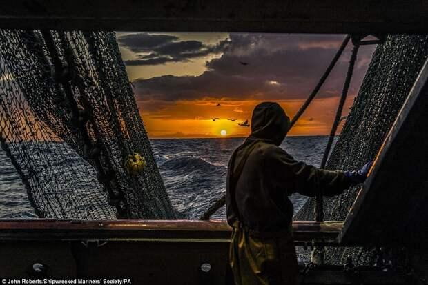 Рыбак в море