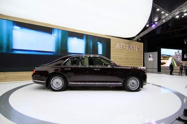 Путин прокатился на своем лимузине Senat. Причем сам сел за руль но, похоже, забыл пристегнуться (ФОТО)