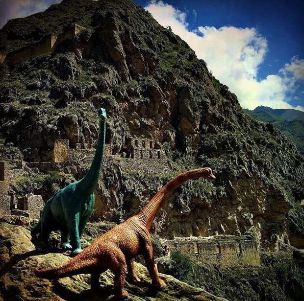 Динозавры-путешественники в серии тревел-фотографий
