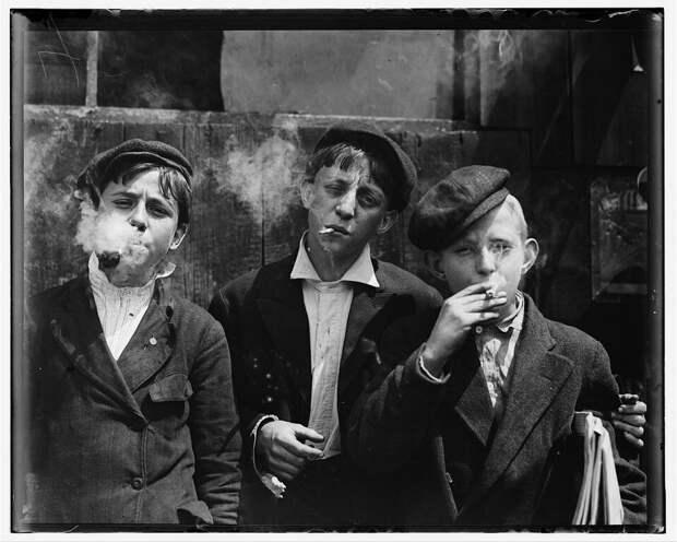 13. Мальчишки разносчики газет во время небольшого перекура. Да, все они курят. Сент-Луис, Миссури. 1910 год. америка, дети, детский труд, история
