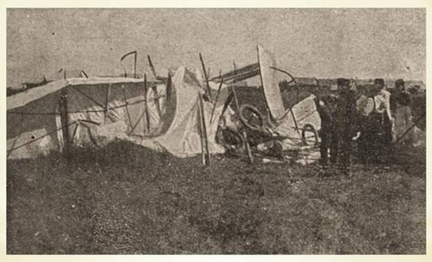 Обломки разбитого Фармана, на котором летели Слюсаренко и Шиманский.// Фото из архива автора.