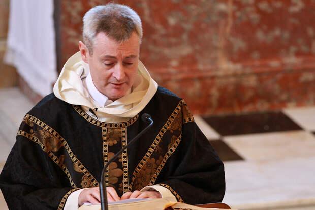 Священник случайно включил рэп во время службы