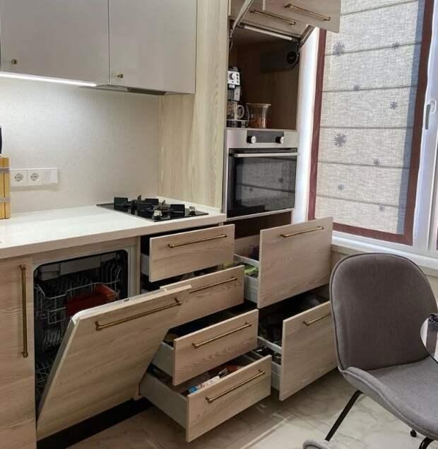 Одна из самых шикарных кухонь, которые мне попадались на глаза. Действительно смотрится так, что хочется там жить и готовить