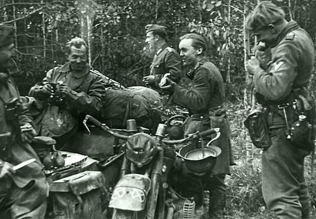 Прием пищи немецких мотоциклистов в лесу под Вязьмой. На фото — мотоцикл с коляской BMW R-12. октябрь 1941 Автор: Моссдорф (Mossdorf) Великая Отечественная война, Советский народ, история