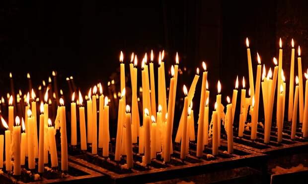 Следователи проверят видео с прикуривающим от церковной свечи подростком