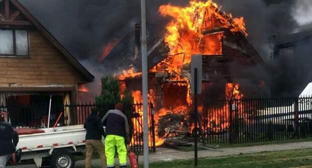 Шесть человек погибли при падении самолета на жилой дом в Чили