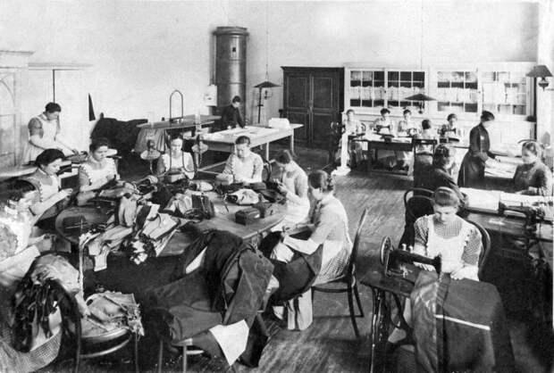 В швейной мастерской. Выпускной альбом института 1889 года.