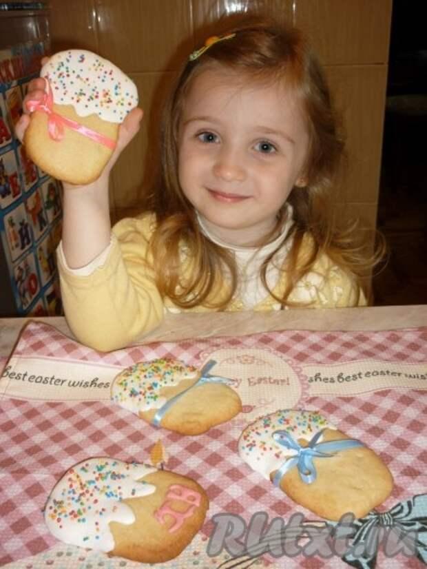 Красивое и вкусное пасхальное печенье можно перевязать ленточкой и дарить на праздник деткам, они будут в восторге.