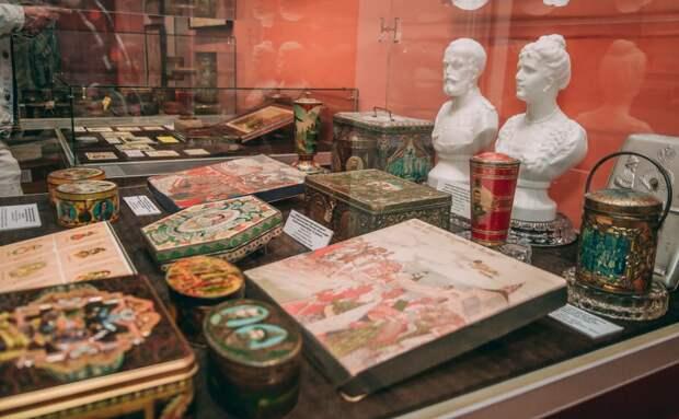 В коллекции Тростенцова - около 100 нераспечатанных коробок с конфетами, выпущенных до 1917 года / Фото: Татьяна Белоножкина