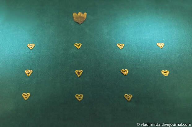 Золотые нашивные бляшки. Золото сарматов.