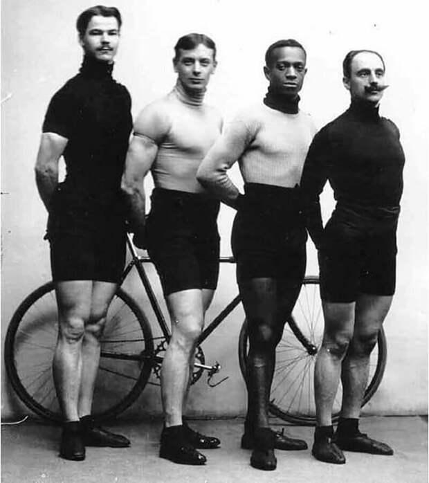 Знаменитые велогонщики во время международных соревнований в Петербурге,1910 г.
