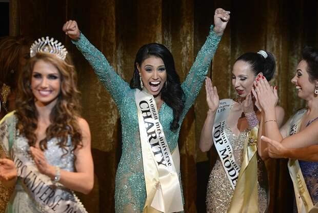 Победительница конкурса «Миссис Вселенная–2015» Эшли Бурнхэм во время церемонии награждения.