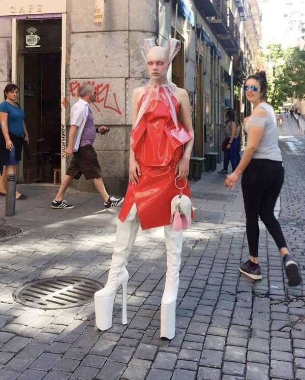Девушка-фрик на улице