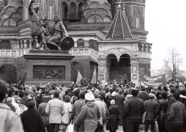 Как в 1989 году красно-коричневые чуть не захватили Кремль