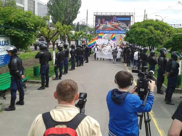 Евроценности насильно. Десятки полицейских в бронежилетах охраняли марш геев в Кишиневе