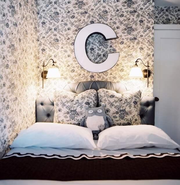Правильное планирование интерьера небольшой спальной комнаты – камень преткновения для многих хозяев малогабаритных квартир.
