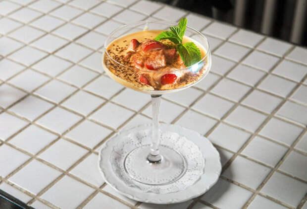 Фото приготовления рецепта: Сабайон с клубникой - шаг 5