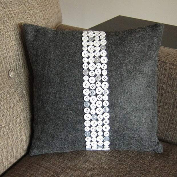 Подушка с декором из пуговиц