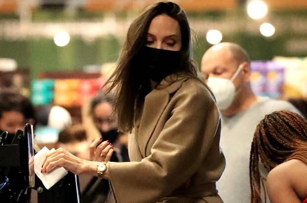 Анджелина Джоли в элегантном образе на шопинге с дочерью Захарой