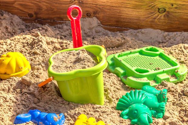 На игровой площадке на Пестеля заменили песок