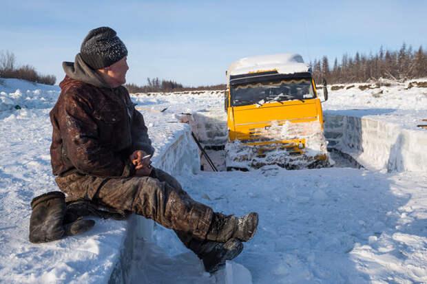 """Хозяин машины уже который день пытается вызволить свой транспорт. """"Люди у своих грузовиков обустраивают временные жилища – устанавливают палатку с печкой, пригоняют домик на колёсах"""", – рассказывает фотограф Ваня Дементиевский, который работал в этих местах."""