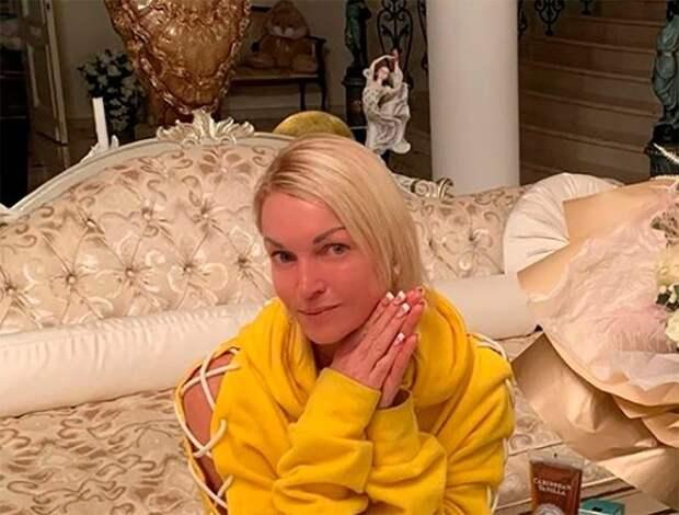 Дочь подарила Анастасии Волочковой картину на день рождения