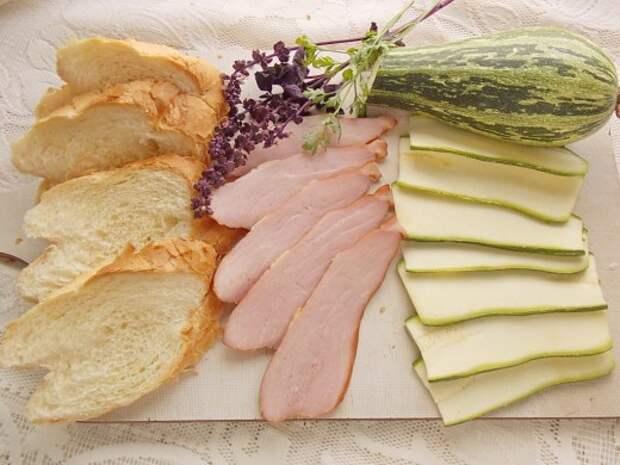 Нарежем кабачки и ветчину ломтиками