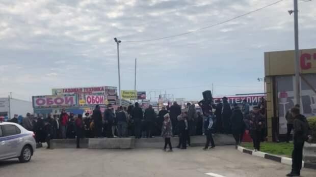 Азербайджанцы устроили митинг назаблокированном рынке вАксае