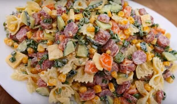 Сытный и вкусный салат с макаронами и колбасой