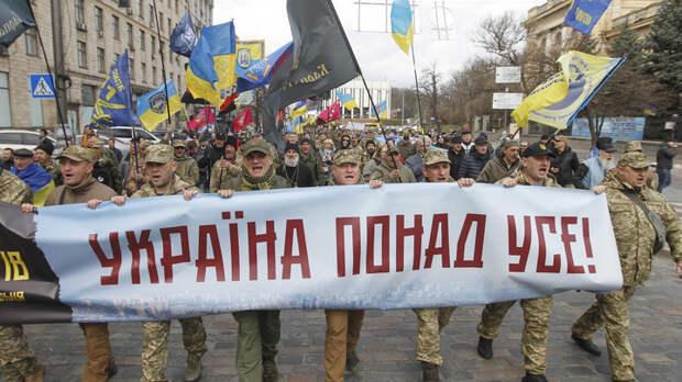 """Из ракетницы по посольству России: Украинские радикалы устроили показательный """"марш протеста"""""""
