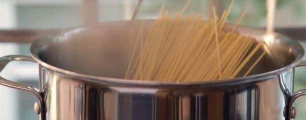 Она просто выложила спагетти в форму для кексов. В результате получилось суперблюдо!
