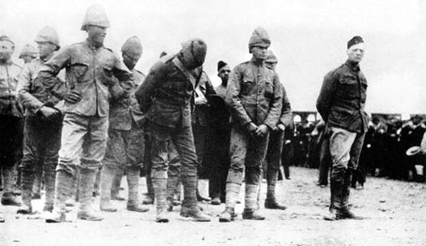 Уинстон Черчилль (крайний справа) в плену у буров в Южной Африке, 1899 год.jpg