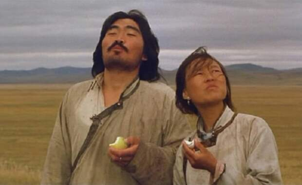 Монгол Гомбо с женой - главная часть своего мира, где пища добывается своими руками, дом-юрта перемещается с места на место, когда этого требуют времена года, и жизнь людей течет в гармонии с природой.