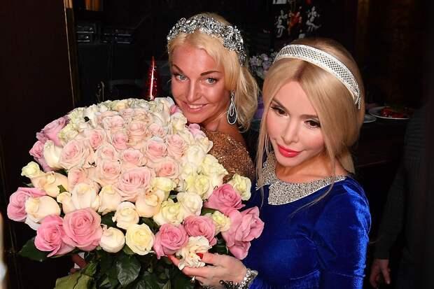 Алена Кравец подарила Анастасии диадему и обещала вручить к свадьбе белоснежное платье.