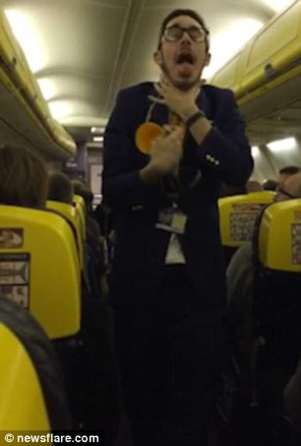 Проводник забавно рассказывает о правилах безопасности на борту