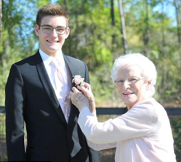 Школьник пришел на бал с очаровательной 93-летней спутницей
