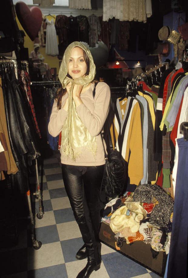Анджелина Джоли (Angelina Jolie) в фотосессии Мишеля Буркара (Michel Bourquard) (1994), фото 22
