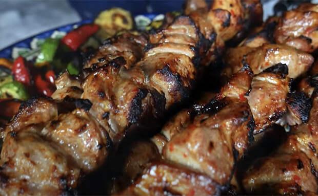 Шашлык по-китайски: маринуем с острым соусом, а потом при жарке наносим маринад на мясо