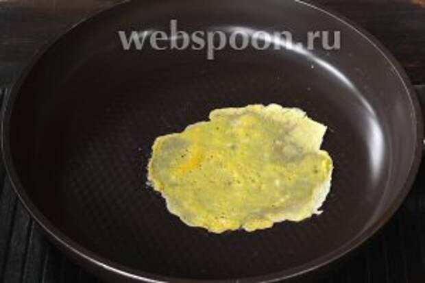 На слегка смазанную подсолнечным маслом горячую сковороду выложить 2-3 столовых ложки яичной смеси, придавая ей круглую форму. Обжарить до готовности на небольшом огне.