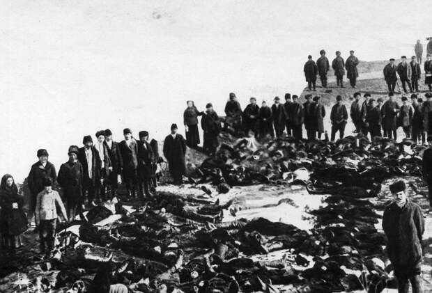 02. Родственники и друзья у тел убитых рабочих Ленских золотых приисков. 4 апреля 1912