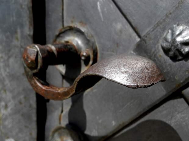 Анонимный силач повредил дверь подъезда в 5-ом квартале Капотни
