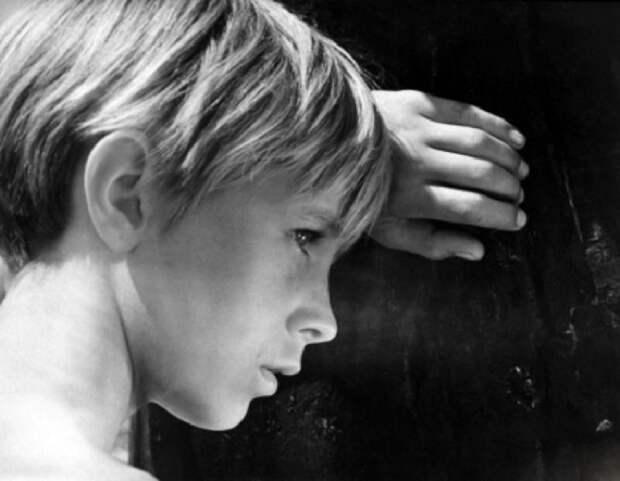 Детство 12-летнего Ивана закончилось в тот день, когда у него на глазах фашисты расстреляли мать и сестренку. Война лишила мальчика матери, он одержим ненавистью к врагу и желанием мстить.