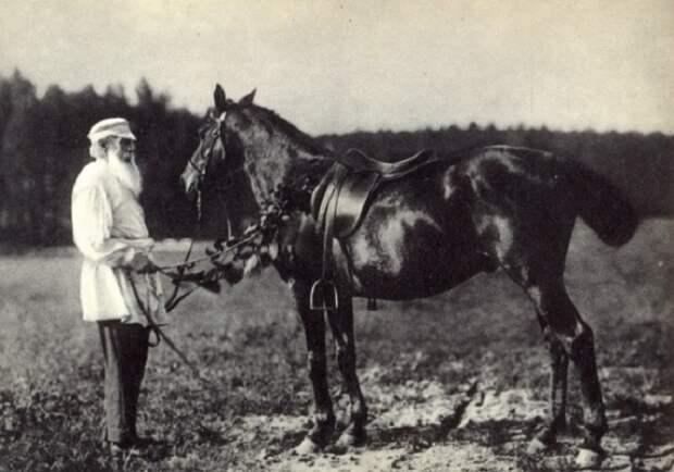 Лев Толстой с любимым конем Делиром, Ясная Поляна, 1908 год.