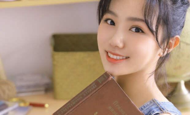 Азиатские девушки начали фотографироваться в коротких платьях с русскими книгами в руках