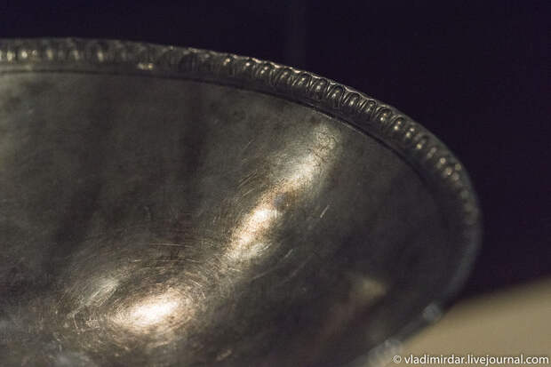 Франмент серебряной чаша с растительным орнаментом на горизонтальном бортике. Золото сарматов.