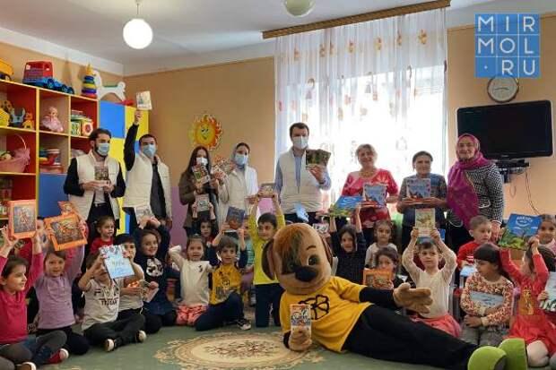 Молодогвардейцы Дагестана собрали более 200 детских книг в рамках акции «Добро на книжной полке»